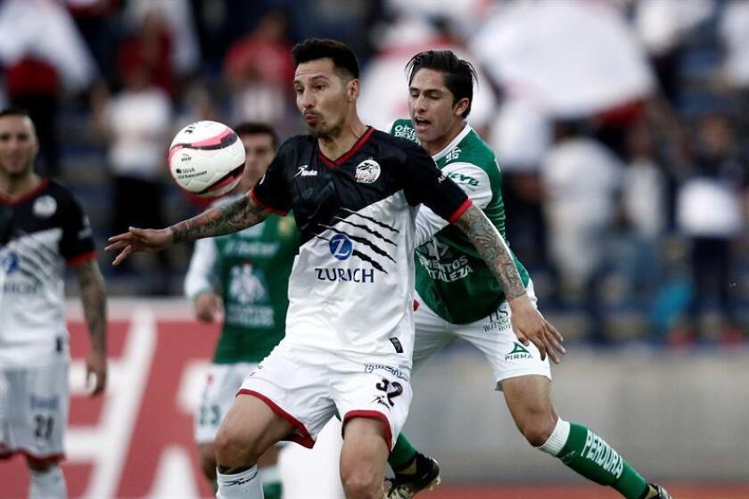 Jonathan Fabbro (i), jugador del Lobos mexicano. EFE/Archivo