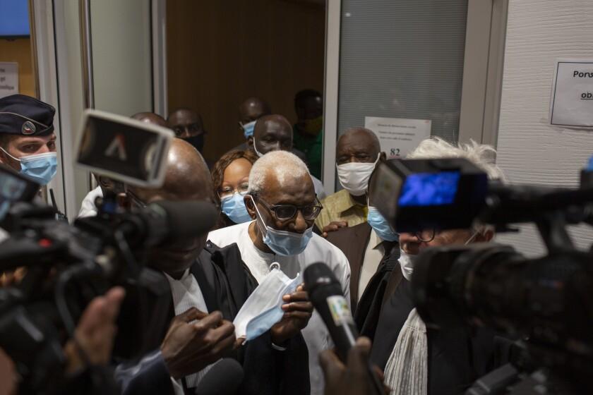 El expresidente de la federación internacional de atletismo, Lamine Diack, sale de la corte tras su juicio en París, Francia, el miércoles 16 de septiembre de 2020. Diack fue sentenciado a dos años de cárcel. (AP Foto/Rafael Yaghobzadeh)