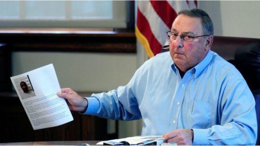El gobernador LePage enseñó hojas de arresto que dijo muestran que la mayoría de los arrestados en Maine por cargos de drogas son negros o hispanos.