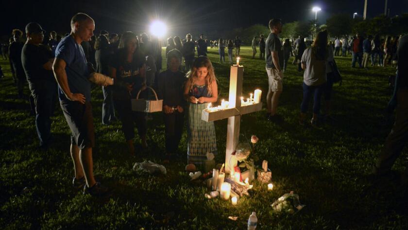 Vigilia de oración para honrar a los asesinados en Marjorie Stoneman Douglas High School, en Parkland's Pines Trail Park.