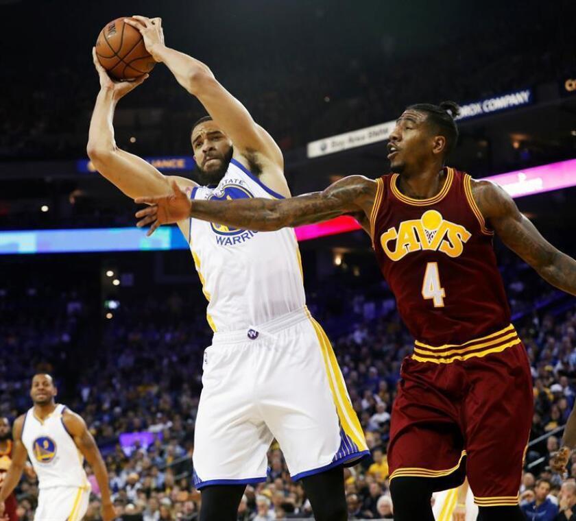 El jugador JaVale McGee (i) de Golden State Warriors en acción ante Iman Shumpert (d) de Cleveland Cavaliers durante su partido. EFE