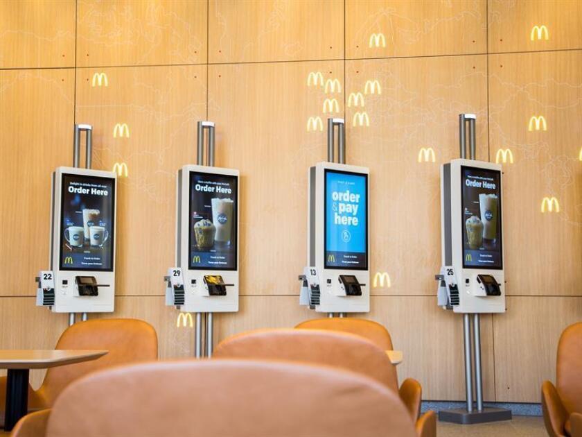 Fotografía cedida donde aparecen los kioskos de pedido en el interior del nuevo restaurante de McDonald's en el edificio de su nueva sede corporativa en el distrito comercial de Fulton Market, en Chicago, Illinois. EFE/McDonald's/SOLO USO EDITORIAL/NO VENTAS