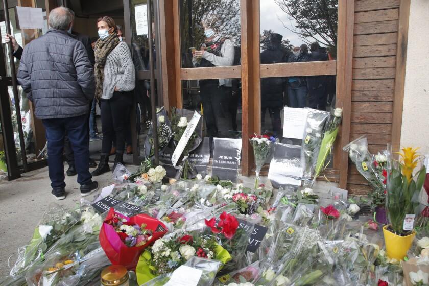 Flores colocadas ante la escuela donde trabajaba Samuel Paty, un maestro de historia asesinado