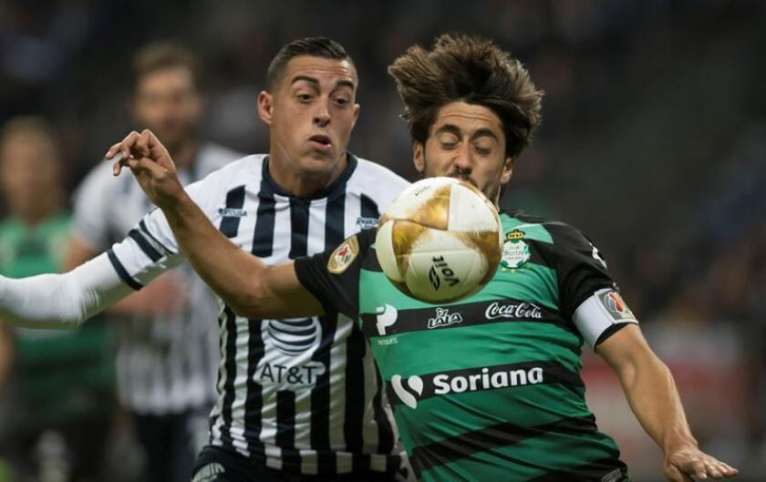 Rogelio Funes Mori (i) de Rayados de Monterrey disputa el balón con Javier Abella (d) de Santos Laguna hoy, miércoles 28 de noviembre de 2018, durante el partido de ida correspondiente a los cuartos de final del Torneo Apertura 2018 celebrado en el estadio BBVA de la ciudad de Monterrey (México). EFE