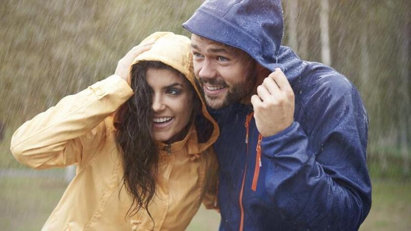 pac-sddsd-couple-avoiding-the-rain-on-a-20160819