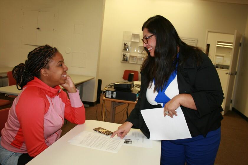 Stacey Jackson quiere encontrar un empleo y para mejorar sus opciones, visitó el Centro de Recursos de Trabajo en LATTC para recibir entrenamiento y saber qué decir a la hora de la entrevista.
