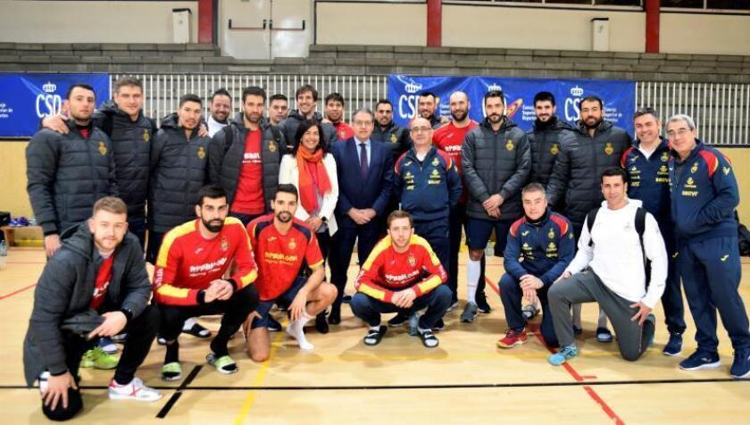La presidenta del Consejo Superior de Deportes, María José Rienda, y el director General de Deportes, Mariano Soriano, visitaron a la selección española de Balonmano ayer. EFE