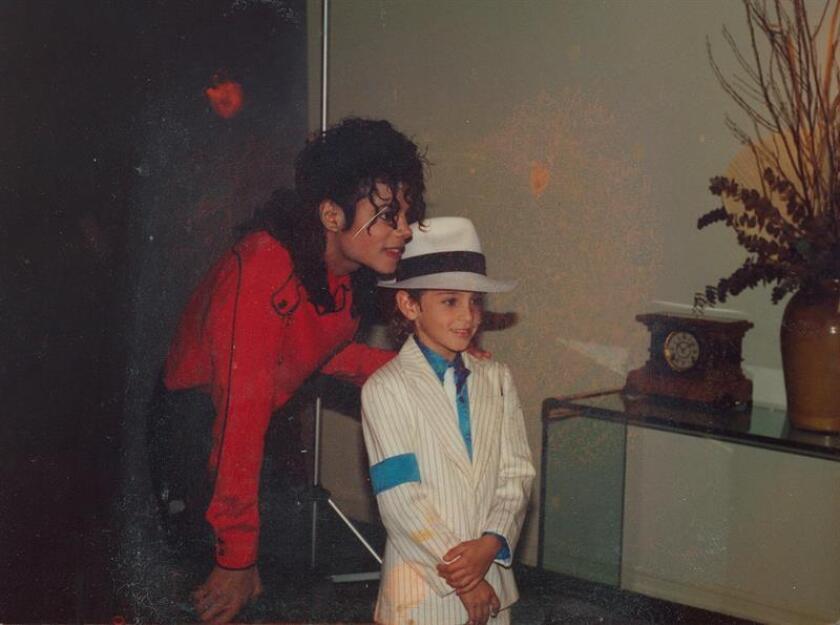 """Fotograma cedido por el Instituto Sundance del documental """"Leaving Neverland"""", estrenado en enero en el Festival de Sundance y recientemente emitido en televisión por HBO, en el que aparece Michael Jackson con uno de los niños de los que presuntamente abusó sexualmente. EFE/ Cortesía Instituto Sundance/ SOLO USO EDITORIAL/NO VENTAS"""