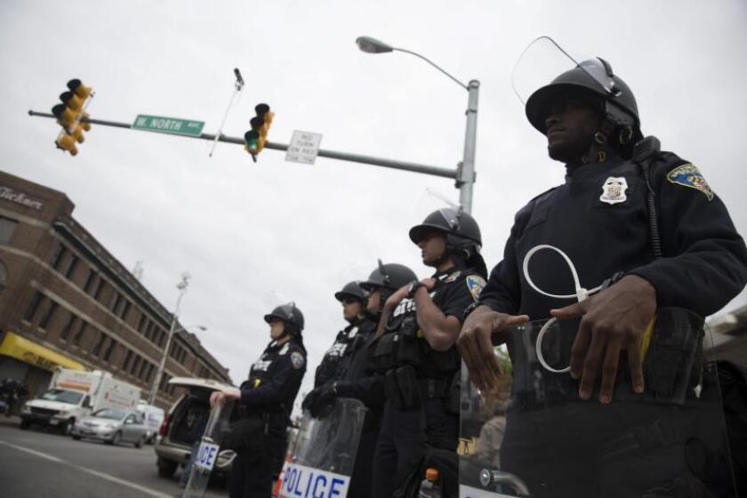 Agentes de policía y de la Guardia Nacional permanecen en guardia en Pennsylvania Avenue en Baltimore, Estados Unidos. EFE/John Taggart/Archivo
