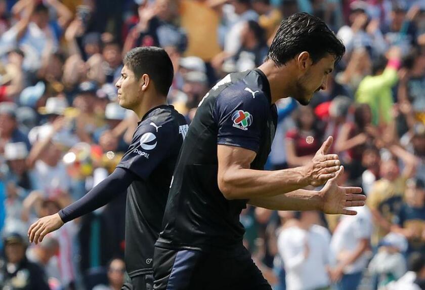 El jugador Oswaldo Alanís (d) lamenta un fallo de gol durante un partido. EFE/Archivo