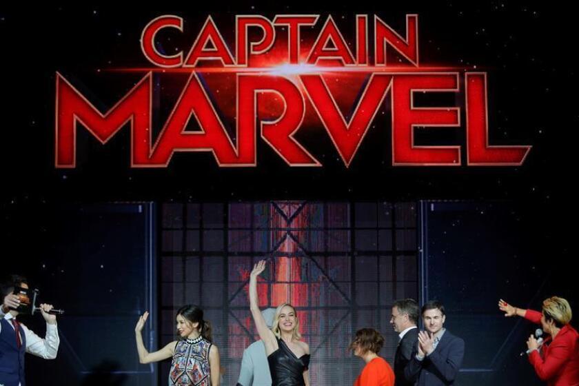 La actriz británica Gemma Chan (2i), y la actriz estadounidense Brie Larson (c) saludan durante un evento con aficionados de Marvel, el jueves 14 de febrero de 2019 en Singapur. Capitana Marvel, la próxima película del Universo Cinematográfico de Marvel, se estrenará el próximo 7 de marzo en Singapur, y un día después en el resto del mundo. EFE/Archivo
