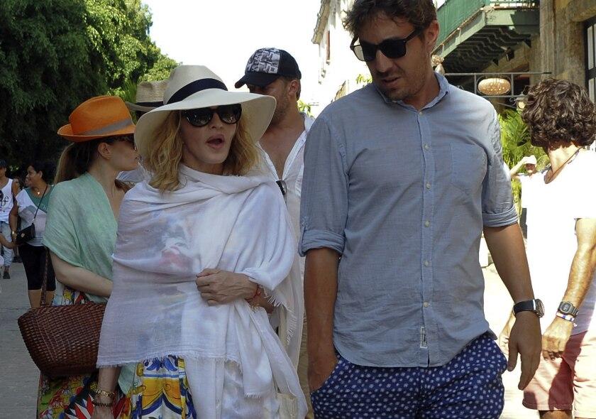 La cantante y compositora Madonna (i) camina por una calle de La Habana Vieja en Cuba. EFE