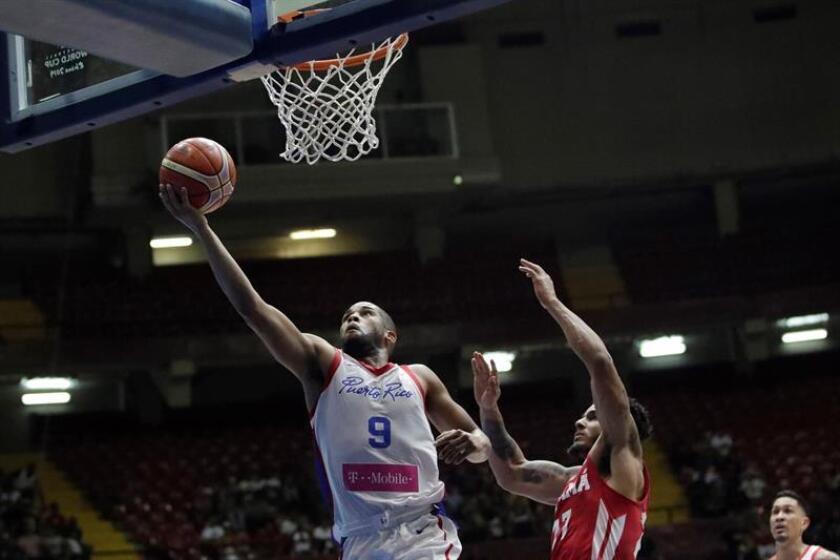 Daniel Girón (d), de Panamá, en acción contra Gary Browne (i), de Puerto Rico, durante un partido de clasificación para el Mundial China 2019 de la FIBA, celebrado hoy en la Arena Roberto Durán, en Ciudad de Panamá (Panamá). EFE