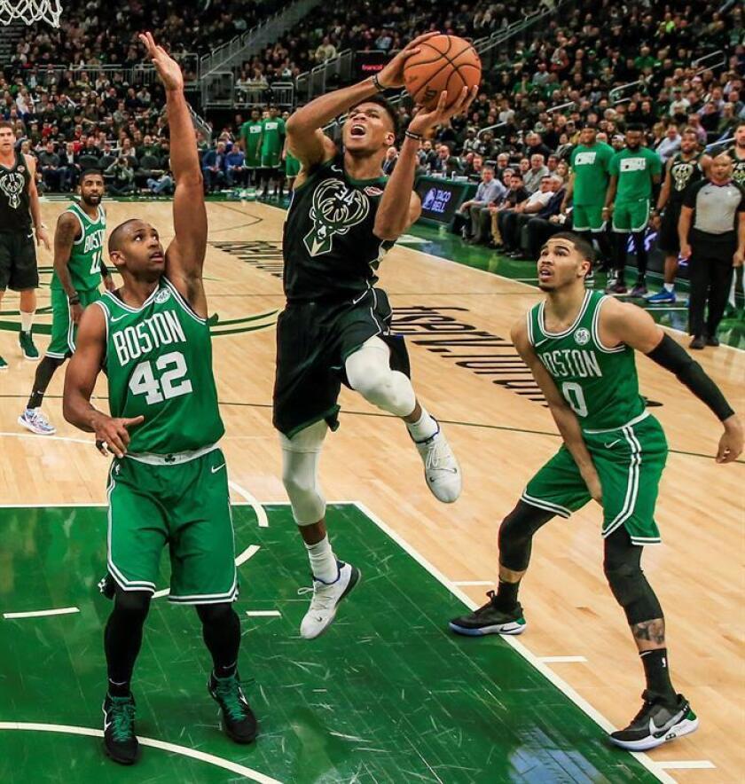 El jugador Giannis Antetokounmpo (c) de Milwaukee Bucks en acción ante Al Horford (i) y Jaylen Brown (d) de Boston Celtics, este jueves, durante un juego de la NBA entre Boston Celtics y Milwaukee Bucks en el Fiserv Forum en Milwaukee, Wisconsin (Estados Unidos). EFE