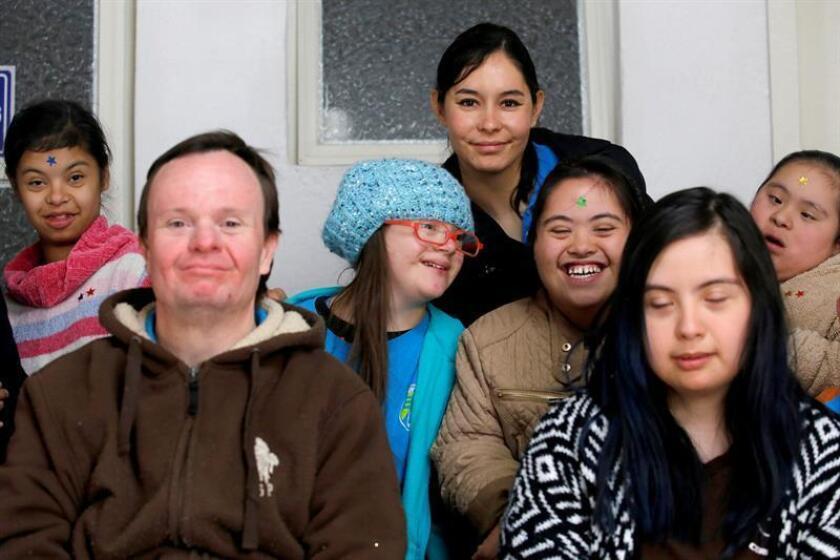 Fotografía de archivo fechada el 11 de diciembre de 2017 que muestra a unos niños con síndrome de Down mientras posan para una fotografía en la ciudad de Guadalajara, estado de Jalisco (México). EFE/Archivo