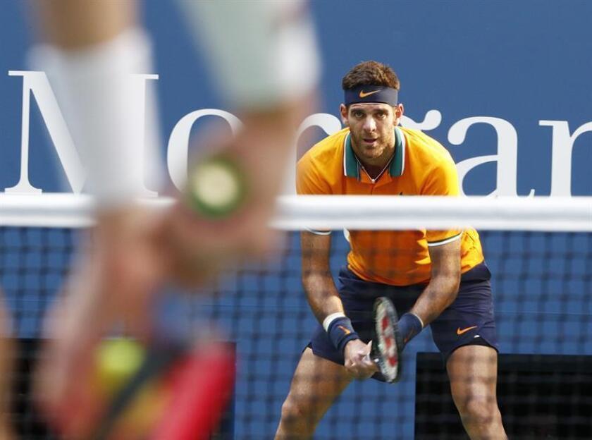El argentino Juan Martín del Potro espera un servicio del estadounidense John Isner hoy, martes 4 de agosto de 2018, durante un partido de tenis del Abierto de Estados Unidos, en el USTA National Tennis Center, en Nueva York (EE.UU.). EFE