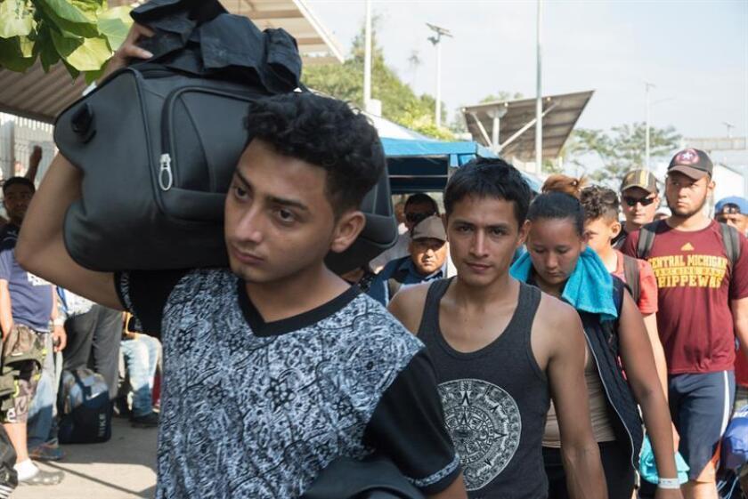 Integrantes de la caravana migrante procedente de Honduras hacen fila en el municipio de Suchiate en Chiapas (México). EFE