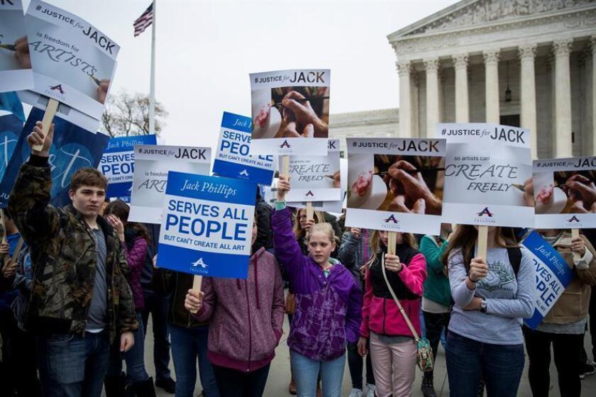 Varias personas se manifiestan en contra y a favor del pastelero Jack Phillips junto a la Corte Suprema de Washington DC (Estados Unidos). EFE/Archivo
