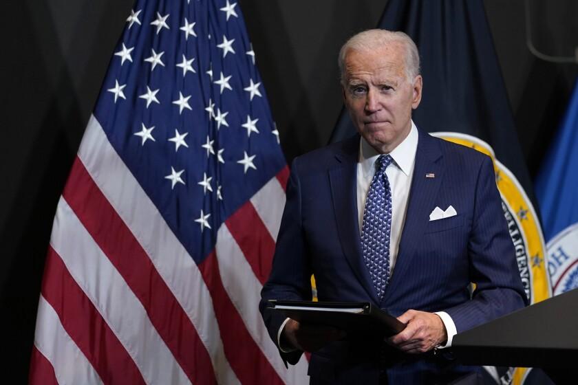 El presidente Joe Biden luego de pronunciar un discurso en la Oficina del Director Nacional de Inteligencia,