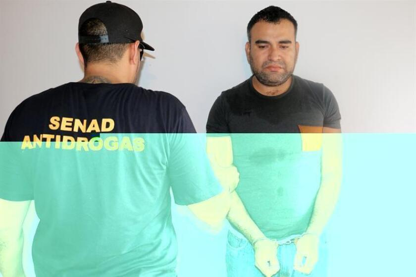 Fotografía cedida hoy, 8 de diciembre de 2016, de Armando Carrillo (d), uno de los ciudadanos mexicanos detenidos en un operativo contra el narcotráfico el pasado miércoles. EFE/Secretaria Nacional Antidrogas(Senad)