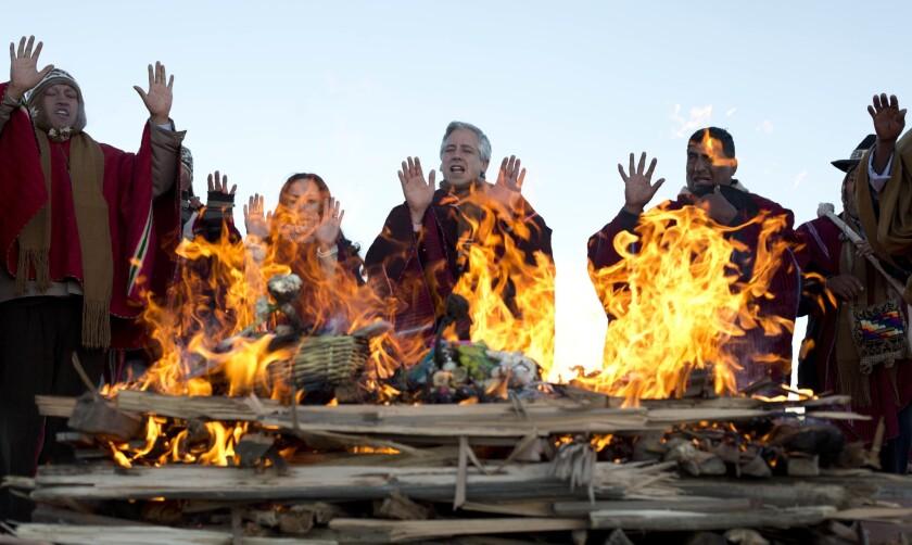 El vicepresidente de Bolivia Alvaro Garcia Linera, en el centro, participa de la celebración del Año Nuevo Andino Amazónico en las ruinas de la antigua ciudad de Tiwanaku en Bolivia. (AP Foto/Juan Karita)