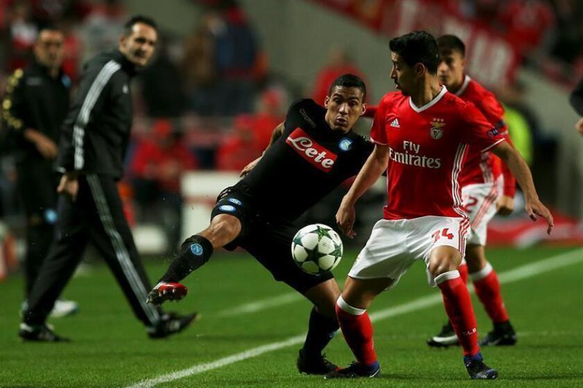 El jugador del Benfica Lindelof (d), ante Allan (i) del Nápoles hoy, martes 6 de diciembre de 2016, durante el juego de la Liga de Campeones por el Grupo B, que se disputa en el Estadio Luz de Lisboa, Portugal. EFE