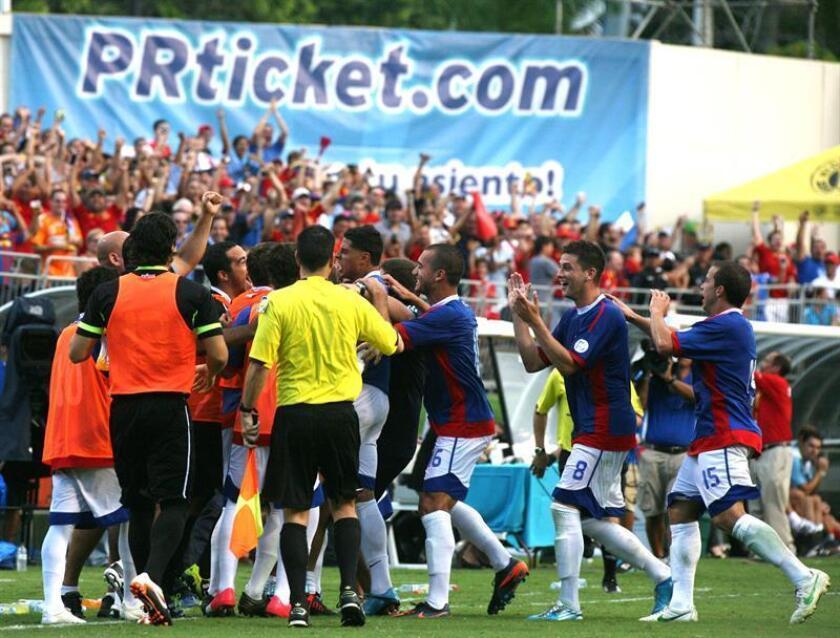 Los jugadores de la selección de fútbol de Puerto Rico celebran un gol ante España, el miércoles 15 de agosto de 2012, durante el partido amistoso disputado en el estadio Juan Ramón Loubriel de Bayamón (Puerto Rico). EFE/Archivo