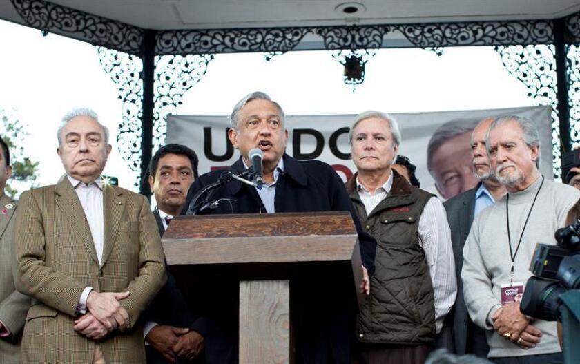 El líder del partido Movimiento de Regeneración Nacional (MORENA) Andrés Manuel López Obrador (c) habla en la Placita Olvera, en Los Ángeles (Estados Unidos). EFE/Archivo