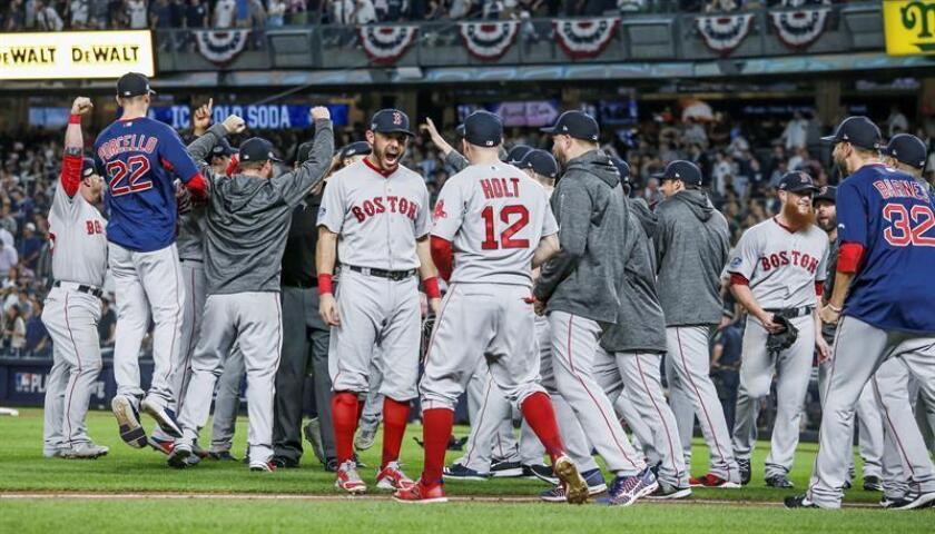 Jugadores de los Medias Rojas de Boston celebran después de derrotar a los Yanquis de Nueva York durante el cuarto juego de la Serie de División de la Liga Americana de Grandes Ligas (MLB), en Nueva York (EE.UU.). EFE