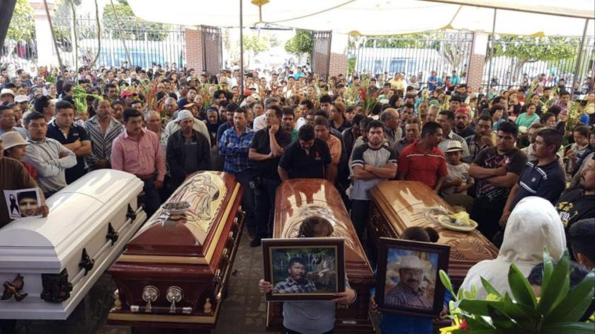 Decenas de personas participan en un funeral en Puebla, México, tras un enfrentamiento entre militares y civiles.