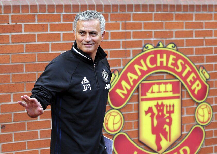 El nuevo entrenador del Manchester United, José Mourinho, posa para los medios durante su presentación en el estadio de Old Trafford, en Manchester, Reino Unido, hoy, 5 de julio de 2016.
