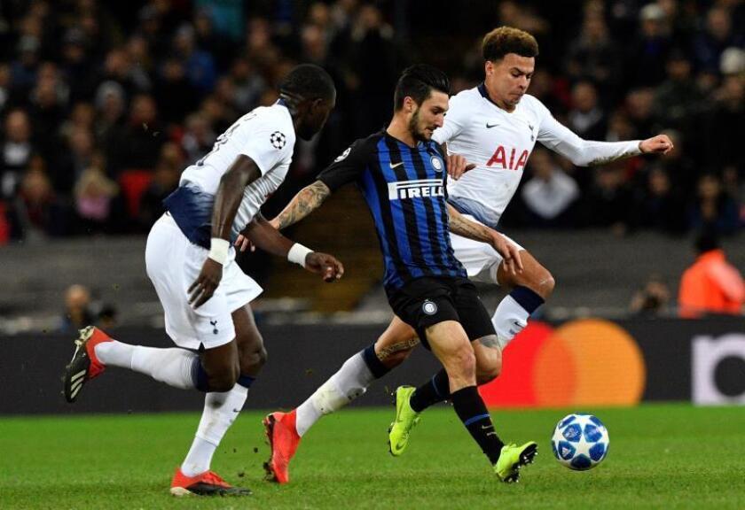 Dele Alli (d) y Moussa Sissoko (i) del Tottenham disputan un balón ante Matteo Politano (c) del Inter de Milán, durante el partido de fútbol del Grupo B de la Liga de Campeones UEFA, entre el Tottenham Hotspur y el Inter de Milán, en el Estadio de Wembley, en Londres (Reino Unido). EFE