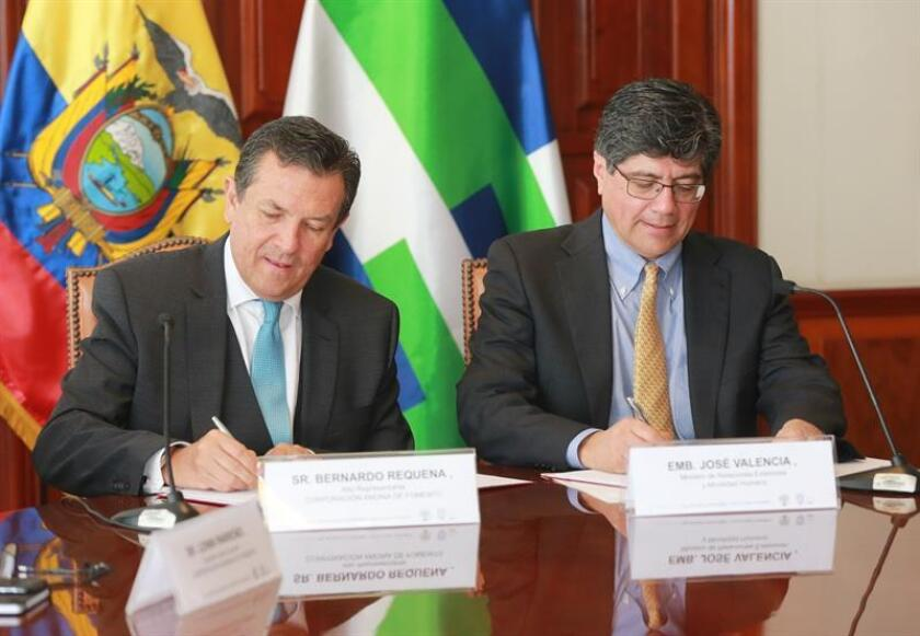 Ecuadorian Foreign Minister Jose Valencia (r.) and CAF-Development Bank of Latin America represenative Bernardo Requena (l.) sign an accord on Dec. 21, 2018, that will see the Andean nation receive a $2 million grant to work on areas of productivity, environment and climate change, and the strengthening of institutions. EFE-EPA/Ecuador Foreign Ministry