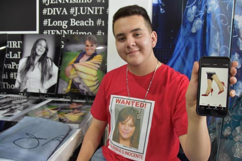 El reciente anuncio de Juan Ángel López, el hijo menor de la fallecida cantante Jenni Rivera y quien reveló que mantiene una relación gay, así como la reacción de su familia, son grandes pasos a favor de la aceptación de los jóvenes latinos LGBT que viven en Estados Unidos. EFE/ARCHIVO