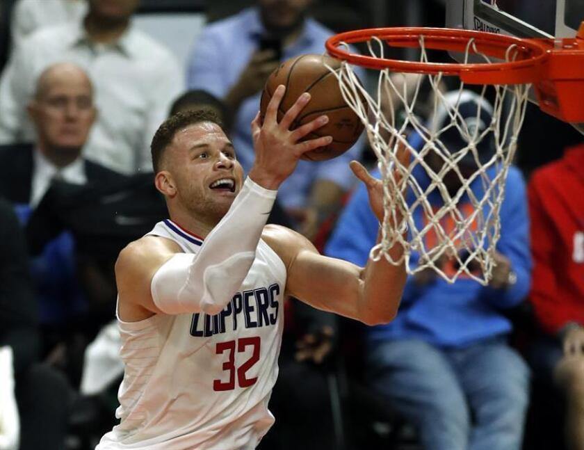 El jugador Blake Griffin (c) de Los Ángeles Clippers en acción este miércoles 24 de enero de 2018, durante un juego entre Boston Celtics y Los Ángeles Clippers de la NBA, en el Staples Center en Los Ángeles, California, (Estados Unidos). EFE