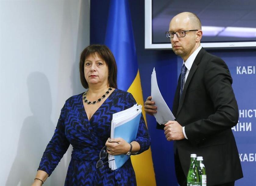 El primer ministro ucraniano, Arseniy Yatsenyuk (d), y la ex ministra de Finanzas, Natalia Yaresko, llegan a una rueda de prensa para informar sobre la reestructuración de la deuda nacional, en Kiev (Ucrania), el 15 de octubre de 2015. EFE/Archivo