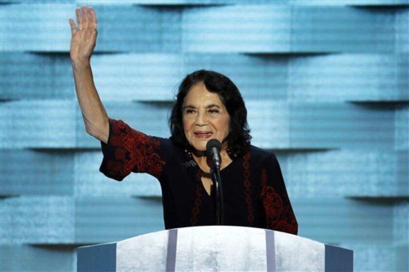 La defensora de los derechos civiles Dolores Huerta habla el jueves 28 de julio del 2016 en la Convención Nacional Demócrata en Filadelfia. (AP Foto/J. Scott Applewhite)