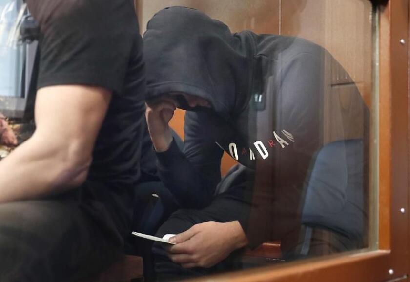 El futbolista ruso Alexander Kokorin (dcha) asiste a una vista desde una sala de seguridad en el tribunal de distrito de Tverskoy en Moscú (Rusia). EFE/Archivo