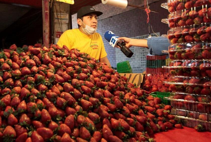 Un vendedor de fresas en un mercado en Ciudad de México (México).