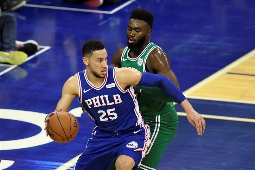 En la imagen, el jugador de los Sixers de Filadelfia Ben Simmons (i). EFE/Archivo