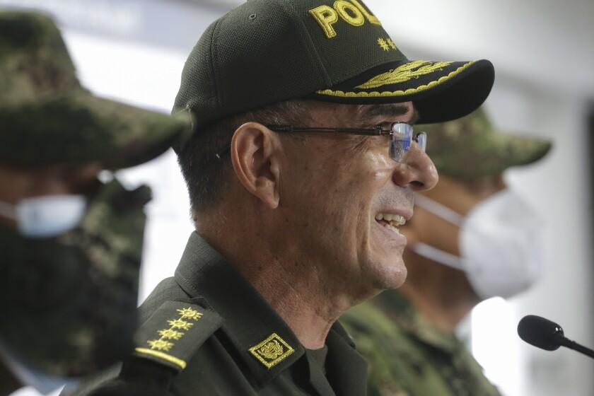 El general Jorge Luis Vargas, director de la Policía Nacional de Colombia, habla en una conferencia de prensa el viernes 9 de julio de 2021 sobre la presunta participación de exsoldados colombianos en el asesinato del presidente haitiano Jovenel Moïse, en Bogotá, Colombia. (AP Foto/Iván Valencia)