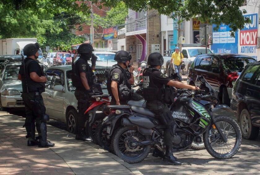 Bolivian police officers at the spot where a person was shot Nov. 9, 2018, in Santa Cruz (Bolivia). EPA- EFE/ Juan Carlos Torrejón