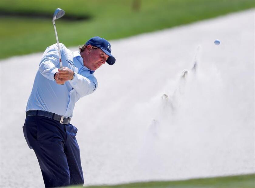 En la imagen un registro del golfista estadounidense Phil Mickelson, quien lidera -por tercera jornada consecutiva- el torneo PGA Desert Classic. EFE/Archivo