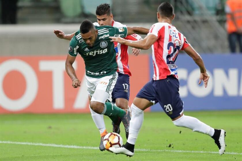 Marlon Javier Piedrahita Londoño (R) from Junior Barranquilla vies for the ball with Miguel Borja (L) from Palmeiras May 16, 2018 at the Allianz Parque stadium in the city of Sao Paulo (Brazil). EPA-EFE FILE/Sebastião Moreira