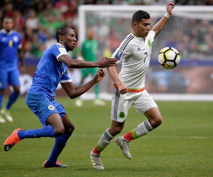 Orbelín Pineda (d) de México disputa un balón con Quenten Martinus (i) de Curazao el domingo 16 de julio de 2017, durante un partido de la Copa Oro entre México y Curazao realizado en el estadio Alamodome en San Antonio (EE.UU.). EFE/Archivo