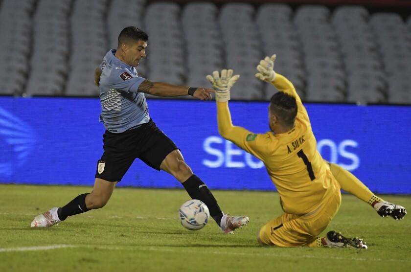 El delantero uruguayo Luis Suárez remata frente al arquero paraguayo Antony Silva
