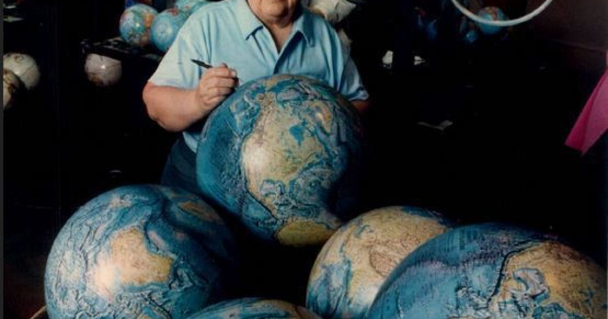 Globe cartographer LeRoy M. Tolman dies at 84; introduced the world to millions