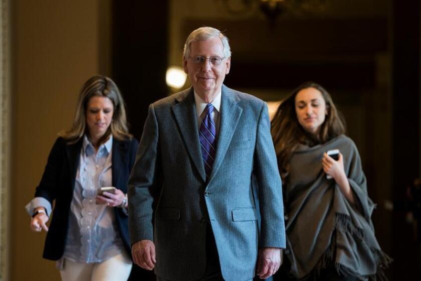 El líder de la mayoría republicana en el Senado, Mitch McConnell, ha decidido alejarse del debate sobre la violencia armada que impera estos días en el país y ha optado por avanzar la legislación para una reforma bancaria, en vez de tratar el control de armas. EFE/ARCHIVO