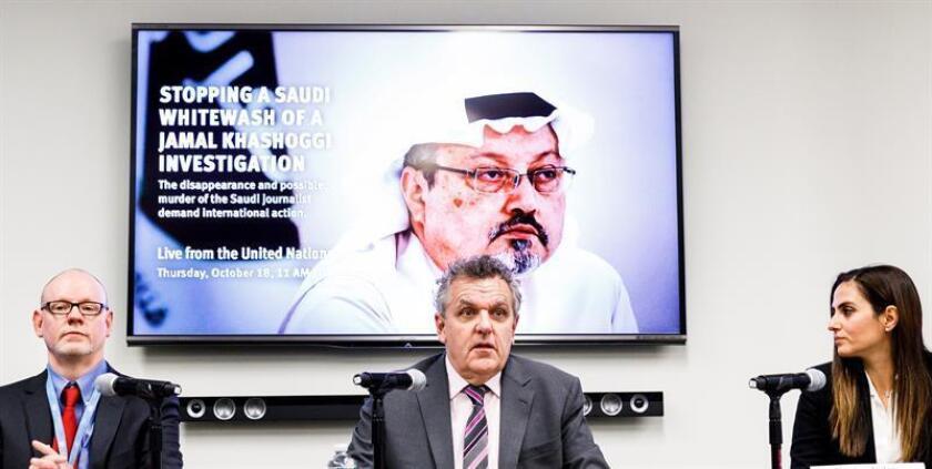 El director para la ONU de Human Rights Watch (HRW), Louis Charbonneau (i); la directora de la oficina de Nueva York de Amnistía Internacional, Sherine Tadros (d); y el director ejecutivo adjunto del Comité para la Protección de los Periodistas (CPJ), Robert Mahoney (c), ofrecen una rueda de prensa con la desaparición del periodista saudí Jamal Khashoggi en la sede de las Naciones Unidas en Nueva York, Estados Unidos, hoy, 18 de octubre de 2018. EFE