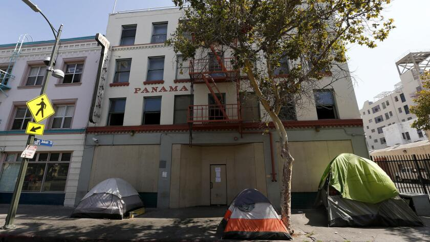 Panama Hotel, en skid row de Los Ángeles, dejará de ser un centro de viviendas de transición con 220 habitaciones a un complejo de departamentos para 72 residentes permanentes (Luis Sinco / Los Angeles Times).